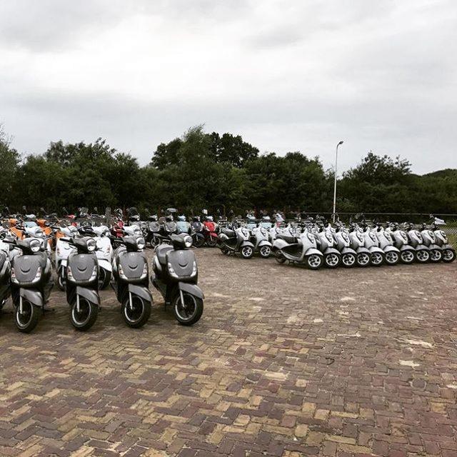 Het is intern een onderlinge competitie wie de scooters zo strak mogelijk neer kan zetten aan het einde van de dag. Het blijft een indrukwekkend gezicht hoe strak ze staan 😎 #trotsopdejungs #minions