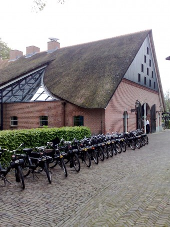 Solex rijden op locatie Le Pompidou Enschede